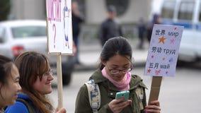 Mujer china o día de fiesta coreano de la mujer el 1 de mayo en Rusia almacen de video