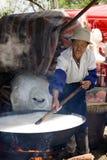 Mujer china que cocina el arroz Imágenes de archivo libres de regalías
