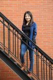 Mujer china que sonríe en las escaleras Foto de archivo libre de regalías