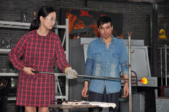 Mujer china que trabaja con el vidrio fundido Fotos de archivo