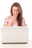 Mujer chocada con el ordenador portátil Foto de archivo libre de regalías