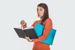 Mujer chocada del estudiante con su nota Imagenes de archivo