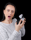 Mujer chocada después de abrir el regalo Foto de archivo