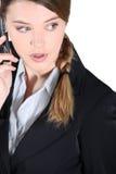 Mujer chocada en el teléfono fotografía de archivo libre de regalías