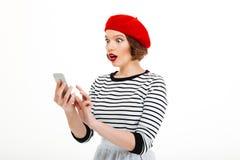 Mujer chocada jóvenes que charla por el teléfono móvil Fotografía de archivo