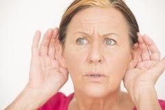 Mujer chocada preocupante que escucha Fotos de archivo libres de regalías