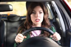 Mujer chocada que conduce el coche foto de archivo