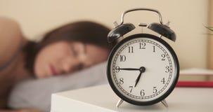 Mujer chocada que despierta con la alarma almacen de video