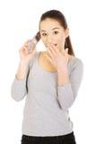 Mujer chocada que habla en el teléfono Fotografía de archivo libre de regalías