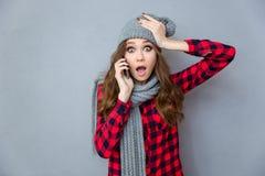 Mujer chocada que habla en el teléfono Imagen de archivo libre de regalías