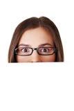 Mujer chocada que lleva a cabo al tablero en blanco Foto de archivo