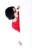 Mujer chocada que lleva a cabo al tablero en blanco Fotografía de archivo libre de regalías