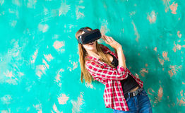 Mujer chocada que lleva gafas de la realidad virtual foto de archivo