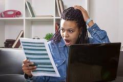 Mujer chocada que mira el documento imagen de archivo libre de regalías