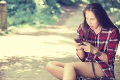 Mujer chocada que mira la lectura del teléfono que ve malas noticias o las fotos imagen de archivo