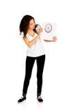 Mujer chocada que sostiene una escala Imagen de archivo libre de regalías