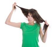 Mujer chocada y triste - pelo roto después de la coloración fotos de archivo