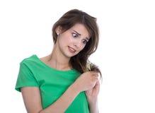 Mujer chocada y triste - pelo roto después de la coloración fotos de archivo libres de regalías