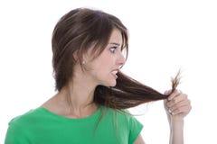Mujer chocada y triste - pelo roto después de la coloración foto de archivo libre de regalías