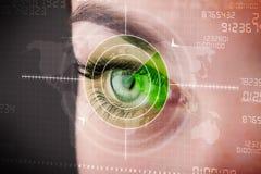 Mujer cibernética con el ojo militar moderno de la blanco Imagen de archivo