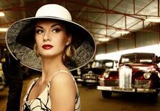 Mujer clásica contra los coches retros Fotos de archivo