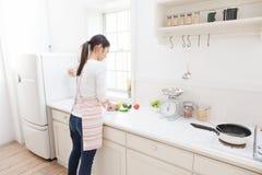 Mujer a cocinar Fotos de archivo