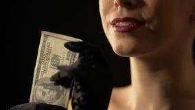 Mujer codiciosa que muestra dólares en el ganador de la cámara, del bote o de lotería, casino almacen de video