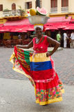 Mujer colombina tradicional con la fruta en su cabeza Imágenes de archivo libres de regalías