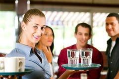 Mujer como camarera en una barra o un restaurante Fotografía de archivo