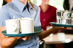 Mujer como camarera en una barra o un restaurante Fotos de archivo