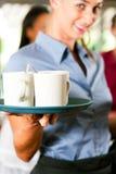 Mujer como camarera en una barra o un restaurante Imagen de archivo