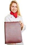 Mujer como cocinero del cocinero con el menú Fotos de archivo