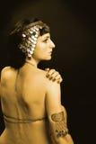 Mujer como princesa de Egipto en traje del oro Imagenes de archivo