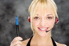 Mujer como telefonista que sostiene la etiqueta de pl?stico Imágenes de archivo libres de regalías