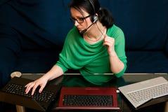 Mujer con 3 computadoras portátiles Fotos de archivo libres de regalías