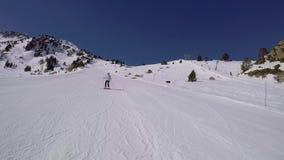 Mujer con adrenalina en el esquí de la sangre que talla en la montaña almacen de metraje de vídeo