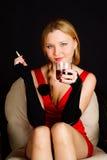 Mujer con alcohol de consumición del cigarrillo. fotografía de archivo