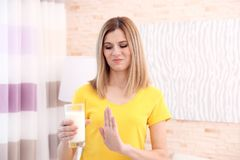 Mujer con alergia de la leche en casa foto de archivo libre de regalías