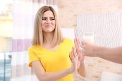 Mujer con alergia de la leche en casa fotos de archivo