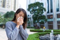 Mujer con alergia de la nariz Fotos de archivo libres de regalías