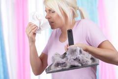 Mujer con alergia del polvo de la casa Imagen de archivo