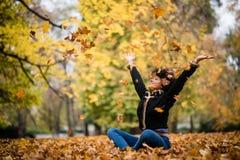 Mujer con alto extendido de los brazos para arriba, al aire libre Fotos de archivo