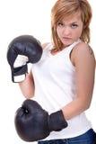 Mujer con amenazar de los guantes de boxeo Imagen de archivo