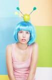 Mujer con Apple en la cabeza cabelluda azul Imagen de archivo libre de regalías