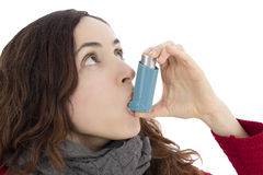 Mujer con asma usando el inhalador Imagen de archivo libre de regalías