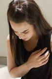 Mujer con ataque del corazón foto de archivo