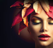 Mujer con Autumn Leaves Hairstyle Foto de archivo