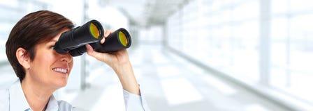 Mujer con binocular Imágenes de archivo libres de regalías
