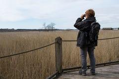 Mujer con 2 binoculares Foto de archivo