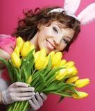Mujer con Bunny Ears que sostiene tulipanes amarillos imagen de archivo libre de regalías